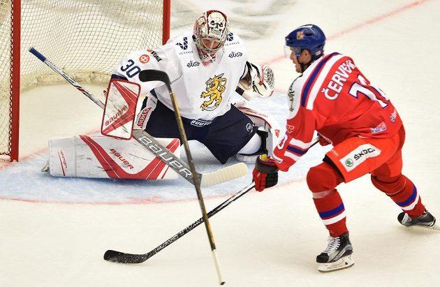 Roman Červenka a finský brankář Harri Säteri při utkání turnaje v Českých Budějovicích.