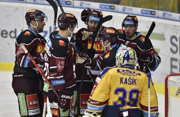 Hokejisté Sparty se radují z gólu během utkání ve Zlíně.