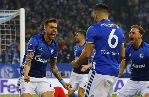 Guido Burgstaller oslavuje se spoluhráči se Schalke v odvetě proti Ajaxu.