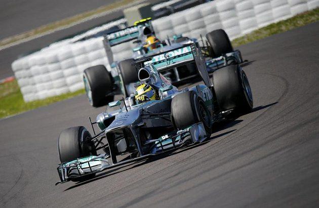 Dvojice jezdců Mercedesu Nico Rosberg (v popředí) a Lewis Hamilton.