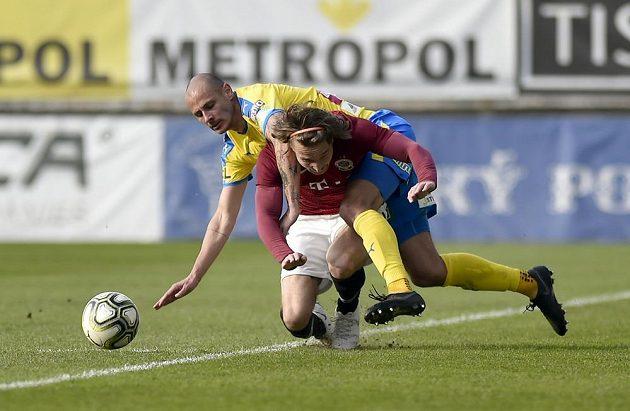 Teplický fotbalista Tomáš Kučera a Matěj Hanousek ze Sparty během čtvrtfinále poháru.