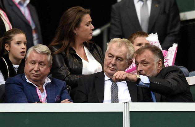 Prezident republiky Miloš Zeman a Miroslav Černošek (vlevo) sledují první utkání Petry Kvitové s Andreou Petkovicovou z Německa.