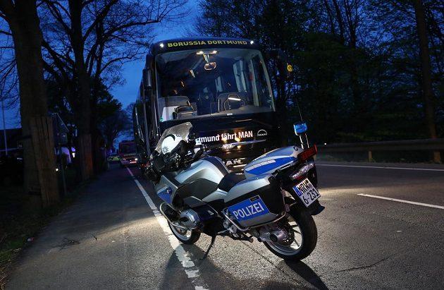 Policejní motocykl před autobusem fotbalistů Dortmundu, který poničila exploze.