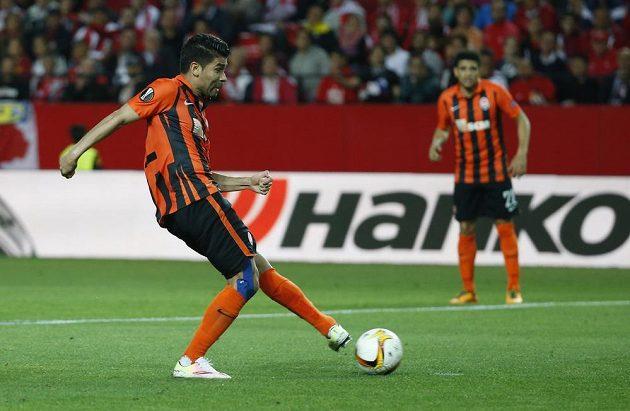 Eduardo Da Silva ze Šachtaru Doněck střílí gól v Seville v odvětě semifinále Evropské ligy.