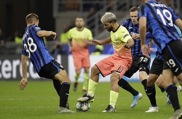 Sergio Agüero z Manchesteru City se prodírá obranou Atalanty