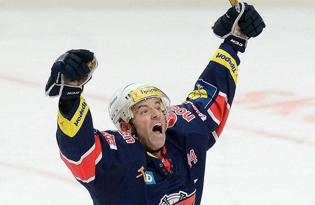 Útočník Chomutova David Hruška se raduje z gólu do sítě Slavie.