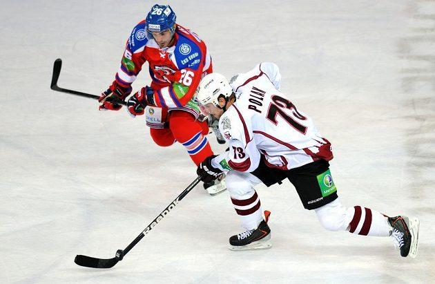 Český útočník týmu Dinamo Riga Vojtěch Polák (vpředu) a útočník Lva Praha Michal Řepík.