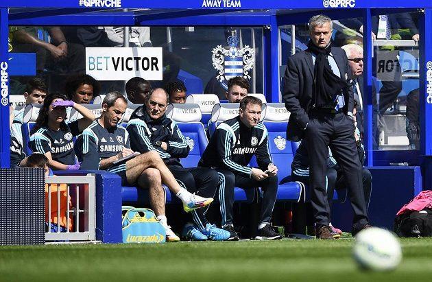 José Mourinho (vpravo) a realizační tým Chelsea sledují svůj tým na hřišti QPR, kde Blues zvítězili 1:0.
