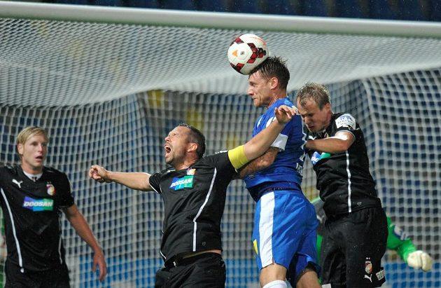 Radoslav Kováč (druhý zprava) z Liberce a Pavel Horváth (druhý zleva) a Daniel Kolář (vpravo) z Plzně v utkání 8. kola Gambrinus ligy.