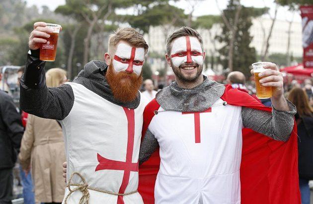 Nápaditosti se meze nekladou... Příznivci Anglie před bitvou s Itálií.