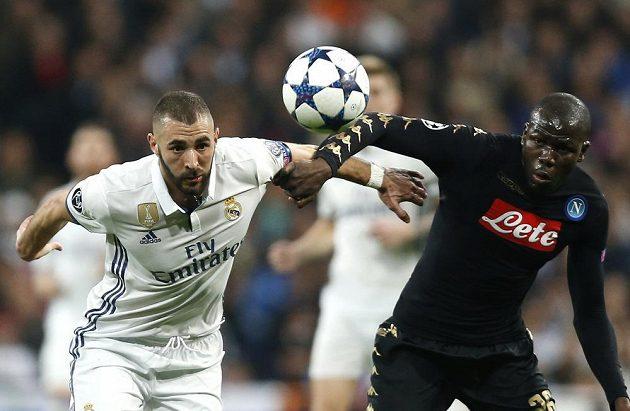 Karim Benzema z Realu Madrid bojuje o balón s Kalidou Koulibalym z Neapole.