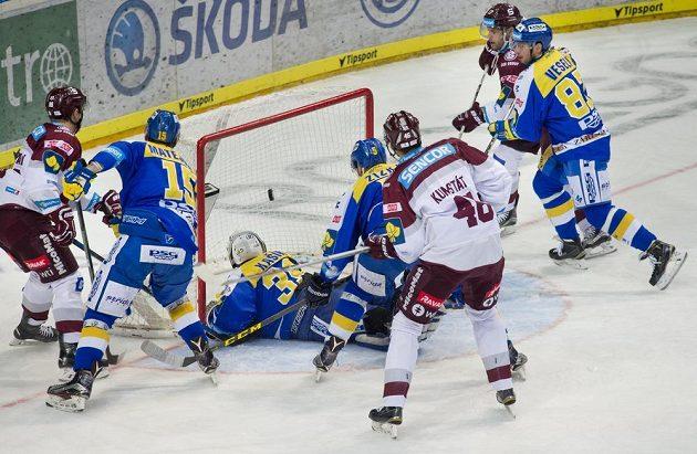 Útočník Sparty Miroslav Forman (vlevo) dává gól proti Zlínu. Puk v síti brankáře Libora Kašíka (uprostřed) sledují (zleva) Martin Matějíček, Tomáš Žižka, Petr Kumstát, Jaroslav Hlinka a Ondřej Veselý.
