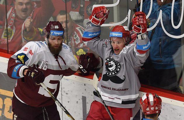 (Zleva) Adam Polášek ze Sparty a David Nosek (raduje se ze vstřelení druhé branky) z Třince.
