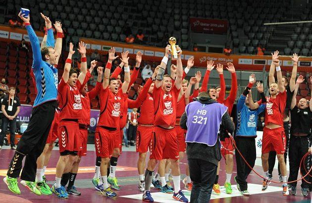 Čeští házenkáři s Prezidentským pohárem. Trofej útěchy za 17. místo na MS třímá Filip Jícha.
