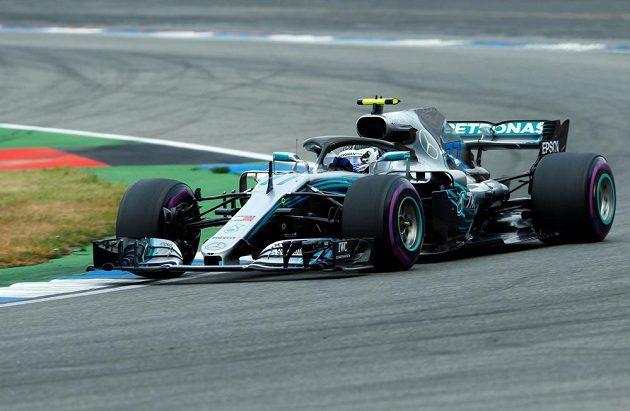 Jezdec Mercedesu Valtteri Bottas v akci během kvalifikace na Velkou cenu Německa F1. Zajel druhý nejrychlejší čas.
