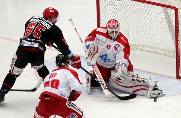 Tomáš Marcinko z Třince (vlevo) se snaží vyzrát na olomouckého brankáře Branislava Konráda v utkání 34. kola ELH.