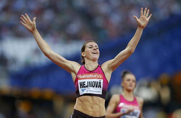 Zuzana Hejnová se raduje z dalšího triumfu v Diamantové lize, tentokrát v Londýně.