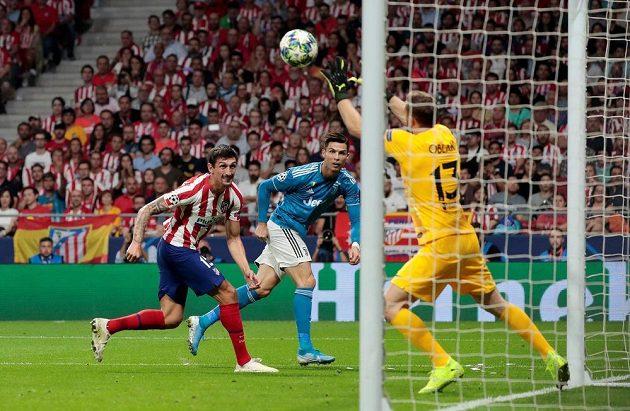 Cristiano Ronaldo (uprostřed) z Juventusu se snaží prosadit před brankou Atlética.