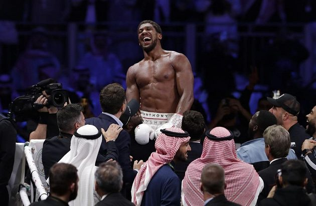 Anthony Joshua se raduje ze zaslouženého triumfu