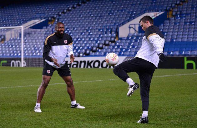 Fotbalisté Sparty Praha David Lafata (vpravo) a Léonard Kweuke během předzápasového tréninku před odvetou utkání Evropské ligy s Chelsea.