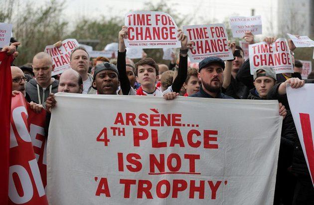 Fanoušci Arsenalu mají jasno, francouzský manažer Arséne Wenger by se měl z klubu pakovat.