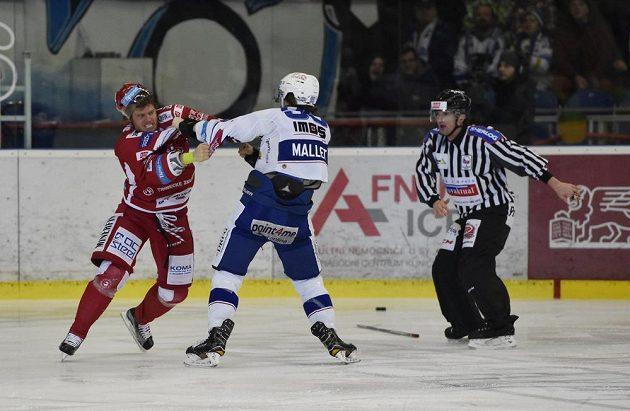 Zleva Kamil Kreps z Třince a Alexandre Mallet z Brna při pěstním souboji.
