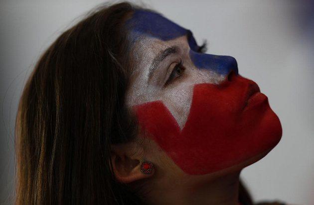 Jedna z fanynek měla tvář pomalovanou chilskou vlajkou.