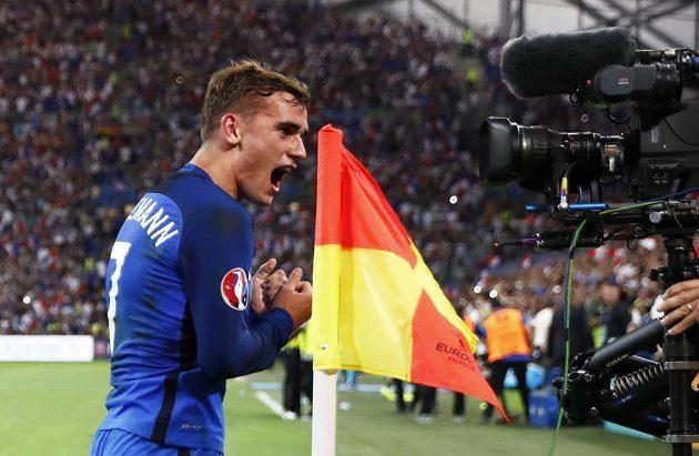 Autor prvního gólu v zápase proti Německu Antoine Griezmann se raduje.