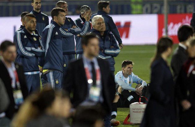 Zklamaný argentinský tým včetně svého kapitána Messiho po nešťastném penaltovém rozstřelu ve finále Copy América proti Chile.