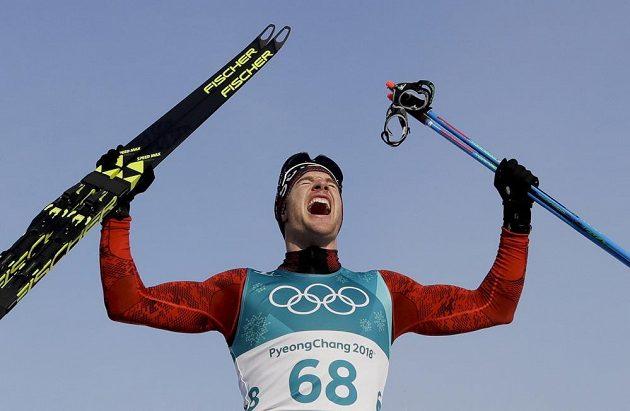 Švýcar Dario Cologna vyhrál jako první běžec na lyžích v olympijské historii potřetí za sebou závod na 15 kilometrů.