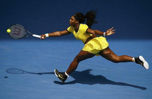 Američanka Serena Williamsové dobíhá míček v zápase s Marií Šarapovovou ve čtvrtfinále Australian Open.