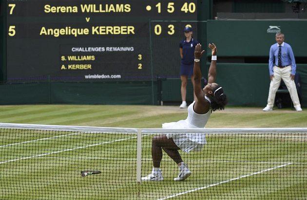 Serena Williamsová oslavuje vítězství ve Wimbledonu.