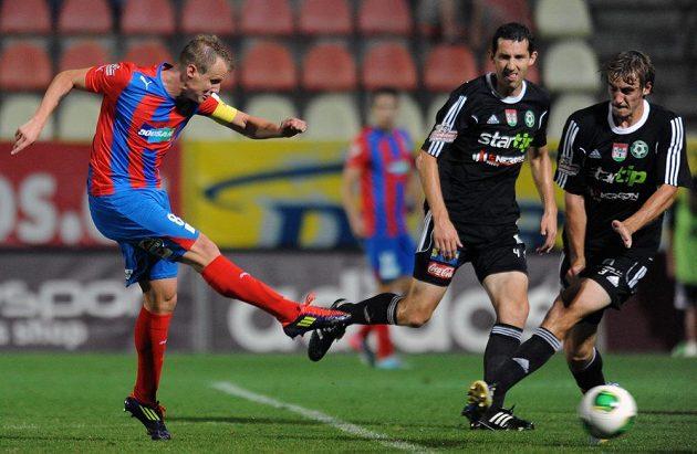 Obránce David Limberský střílí čtvrtý gól Plzně v utkání 2. kola Gambrinus ligy v Příbrami.