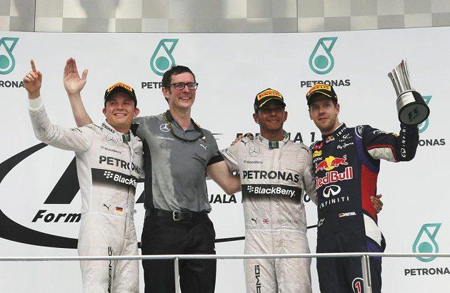 Pilot Nico rosberg, šéfinženýr Mercedesu Andrew Shovlin, Lewis Hamilton a Sebastian Vettel z Red Bullu.