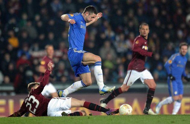 Gary Cahill z Chelsea (nahoře) přeskakuje Ladislava Krejčího ze Sparty, který se mu snaží sebrat míč.