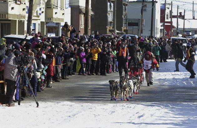 Mitch Seavey se blíží do cíle Iditarod Trail Sled Dog Race v Nome.