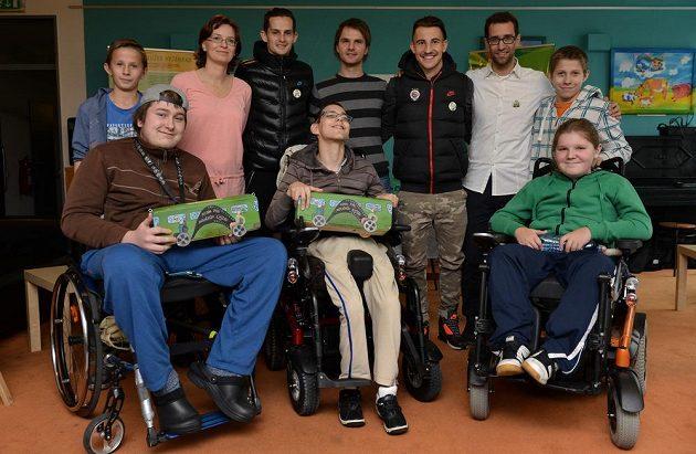 Fotbalisté Sparty Praha Mario Holek a Lukáš Vácha na návštěvě u klientů Jedličkova ústavu.