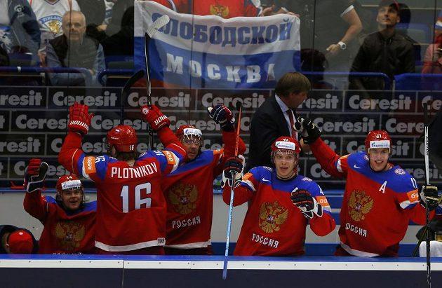 Ruští hokejisté na střídačce se radují z branky proti Švédsku ve čtvrtfinále MS.