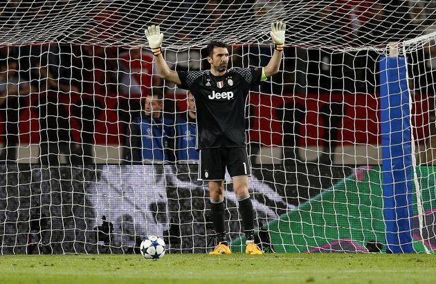 Brankář Juventusu Gianluigi Buffon během úvodního semifinále Ligy mistrů
