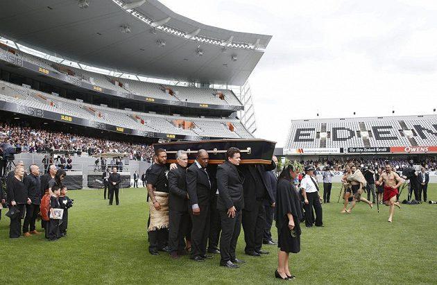 Pohřeb legendárního bývalého novozélandského ragbisty Jonaha Lomu v Eden Parku v Aucklandu, za rakví jeho manželka a dva synové.