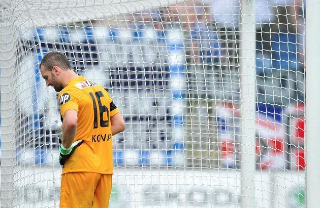 Brankář Liberce Přemysl Kovář zpytuje svědomí po hrubce, jež předcházela gólu mladoboleslavského Fabiána.
