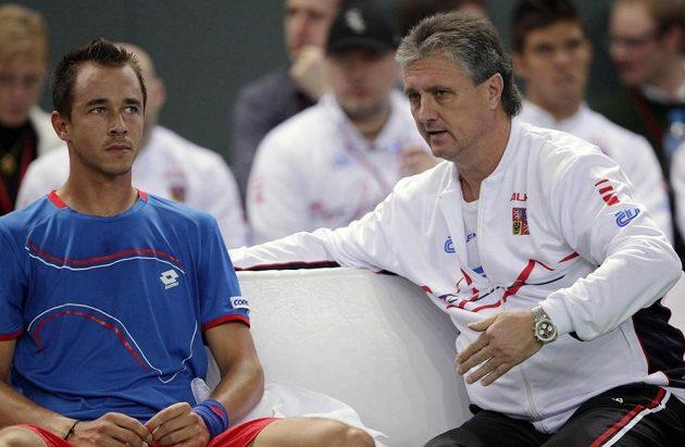 Nehrající kapitán českého týmu Jaroslav Navrátil (vpravo) dává pokyny Lukáši Rosolovi.