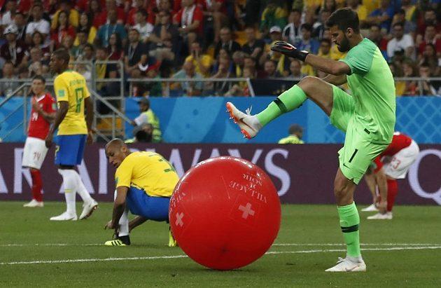 Nejen s fotbalovým balónem musel během utkání se Švýcarskem bojovat brazilský gólman Alisson...