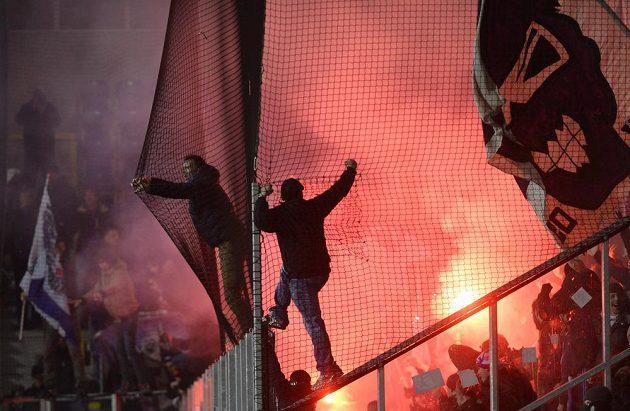 Fanoušci Austrie Vídeň během zápasu s plzeňskou Viktorií.