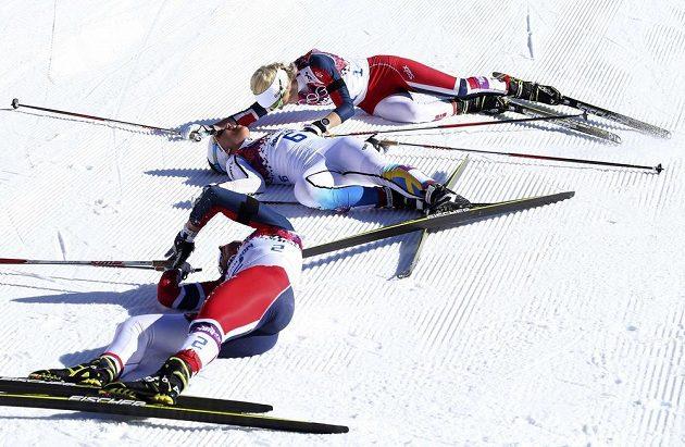 Vysílené běžkyně v cíli olympijského skiatlonu.