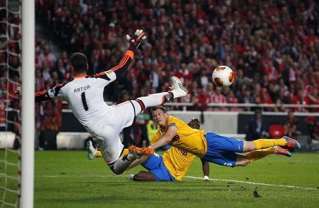 Stephan Lichtsteiner (vpravo) z Juventusu hlavičkou brankáře Benfiky Artura Moraese nepřekonal.