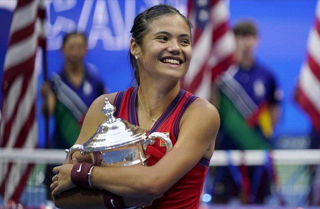 Je moje a nikomu ji nedám! Emma Raducanuová s trofejí pro vítězku US Open.