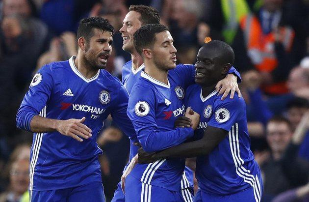 Fotbalisté Chelsea se radují z gólu, který vstřelili do sítě Manchesteru United.