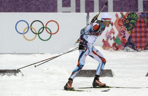 Biatlonista Ondřej Moravec v závodě s hromadným startem.