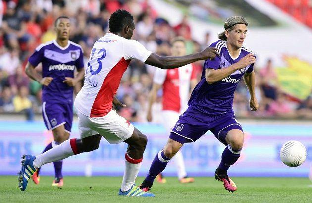 Úvodní utkání play off Evropské ligy. Zleva v popředí Michael Ngadeu ze Slavie a Dennis Praet z Anderlechtu.